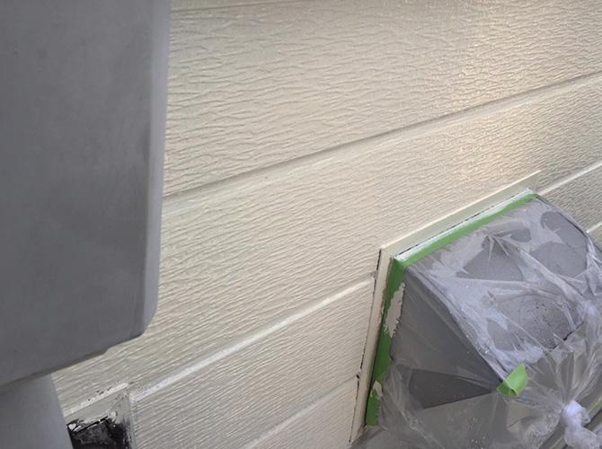 外壁塗装の中塗り塗装後のようすです。