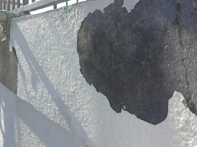 外壁の劣化した既存塗膜の剥離のようすです。