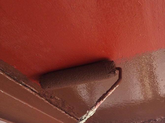 鉄部塗装の上塗りの施工中のようすです。