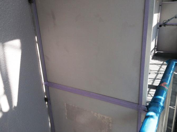 マンションのバルコニー隔て板の塗装前です。