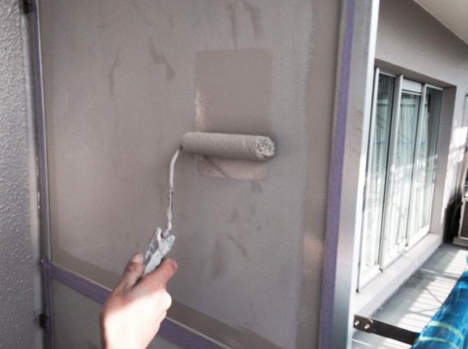 隔て板の上塗り塗装中のようすです。