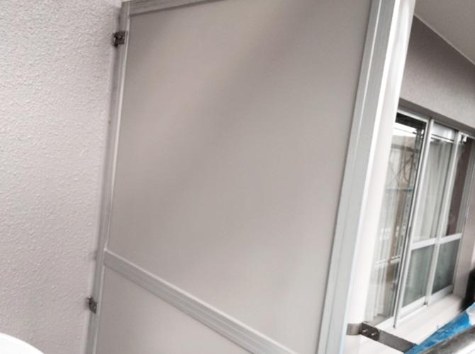 マンションのバルコニー隔て板塗装の施工完了後です。