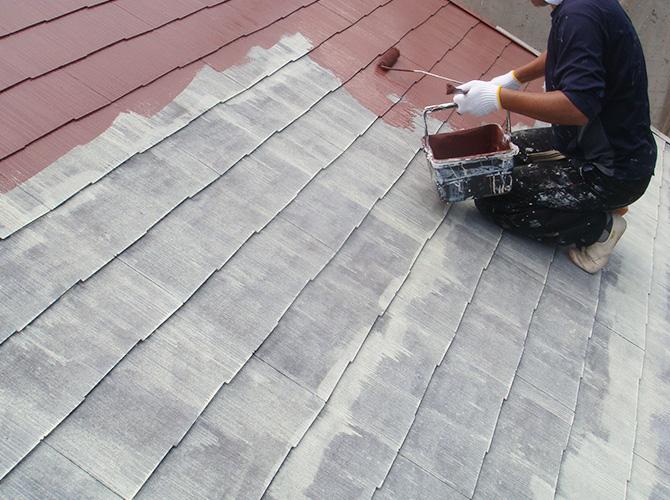 屋根塗装の中塗りの施工中です。