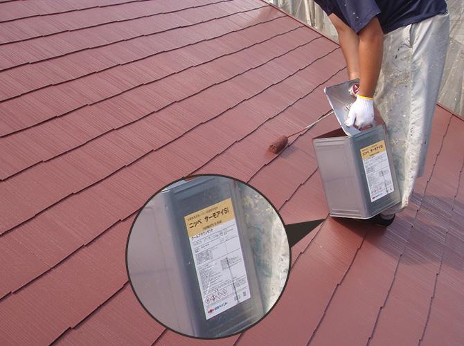 屋根塗装の上塗りの施工中です。