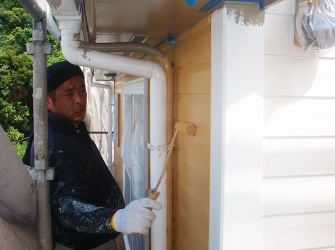 外壁塗装の上塗り施工中です。