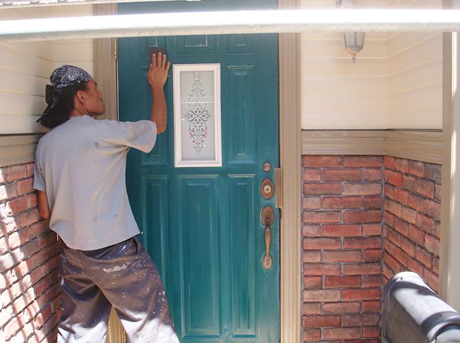 付帯部(玄関ドア)のケレン施工中です。