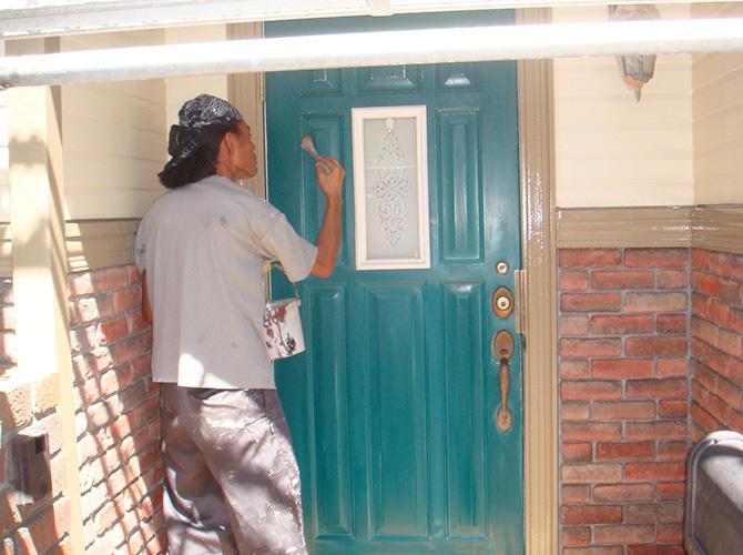 付帯部(玄関ドア)の下塗り施工中です。