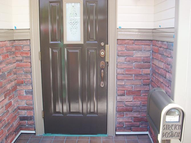 付帯部(玄関ドア)の塗装施工後です。