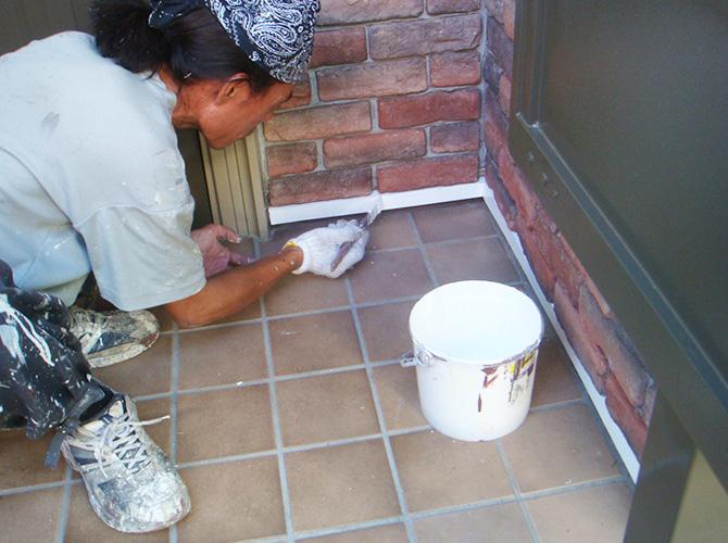 付帯部(玄関ドア)の水切り部分の塗装です。