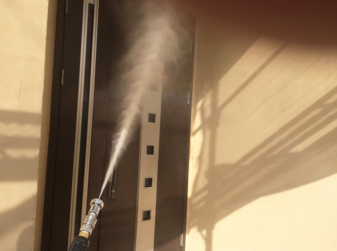 高圧洗浄で外壁の汚れをしっかり落とします。