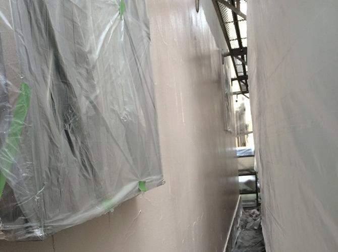 塗装場所以外に塗料が付かないように養生します。