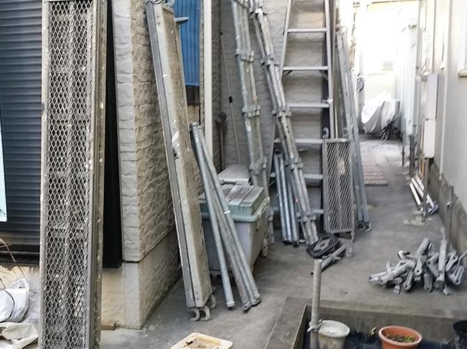 塗装工事前の足場を設置中のようすです。