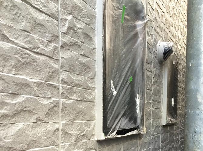 塗装しない箇所はしっかりと養生をします。