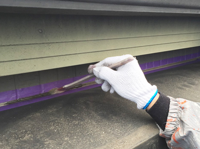 密着性を高めるためにプライマーを塗布します。