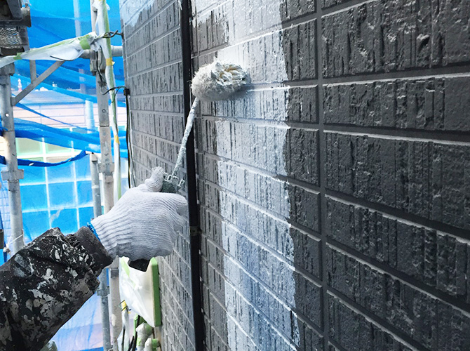 外壁塗装の下塗り(パーフェクトサーフ)施工中です。