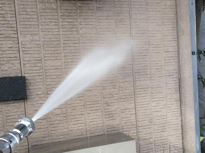 外壁の高圧洗浄の施工中です。