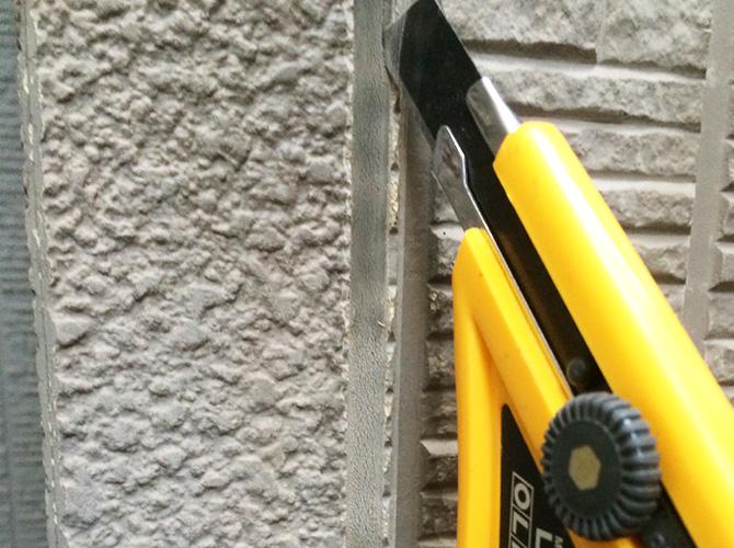 外壁のシーリング工事の施工中です。