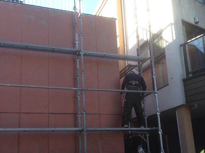 しっかりと足場を設置して安全に塗装工事を施工します。