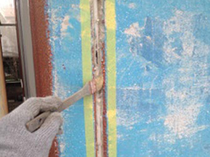 プライマー塗布の施工中のようすです。