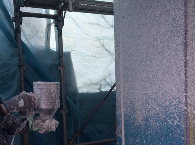 塗膜剥離後の主材の吹き付け施工中です。