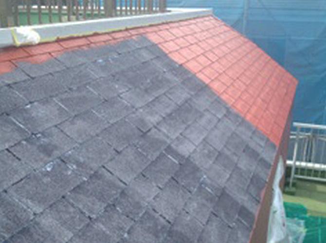 屋根塗装の中塗りの施工中のようすです。