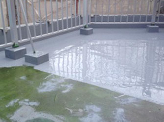 防水工事の主剤の塗装中のようすです。