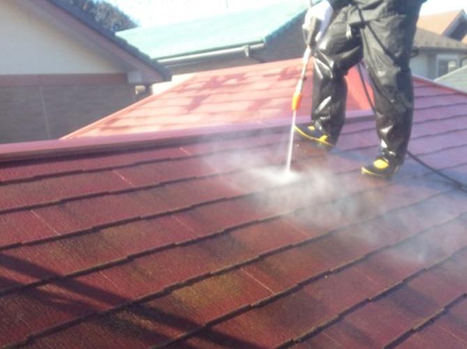 屋根の高圧洗浄の施工中のようすです。