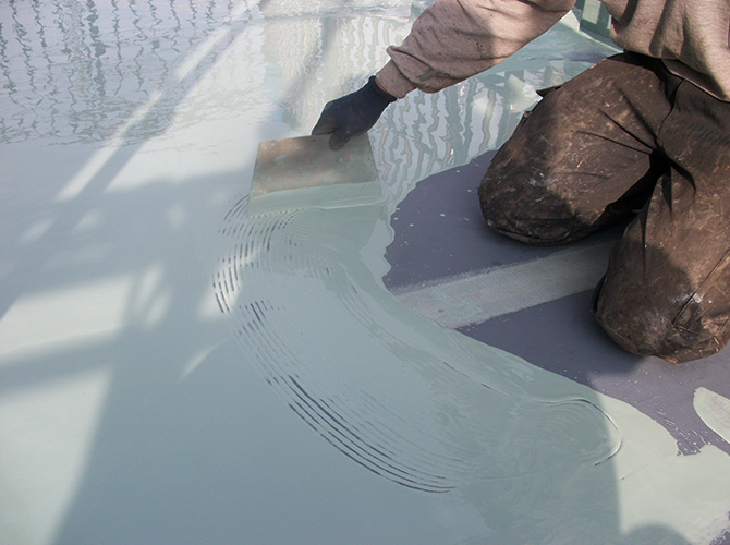 屋上のウレタン防水の塗装中です。
