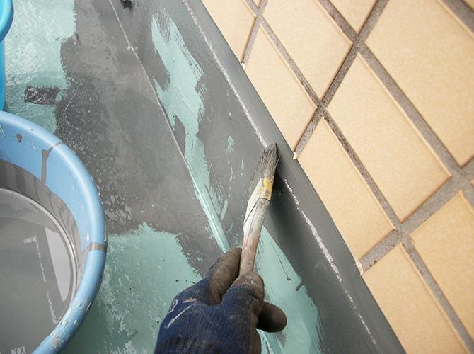 ウレタン防水の上のトップコート(上塗り)の施工中です。