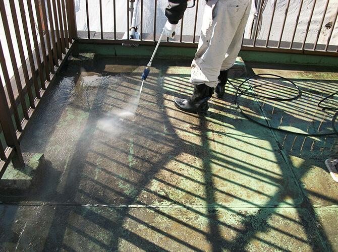 屋上の防水前の高圧洗浄の施工中です。