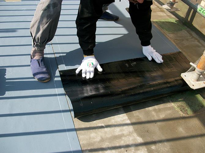 屋上の防水シートの設置中です。