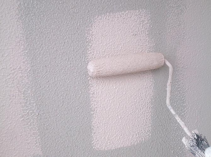 外壁塗装の中塗りの施工中のようすです。