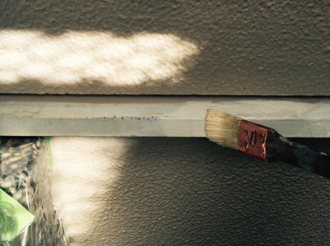 基礎巾木の塗装中のようすです。