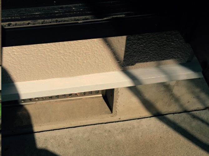 基礎巾木の塗装完了後のようすです。