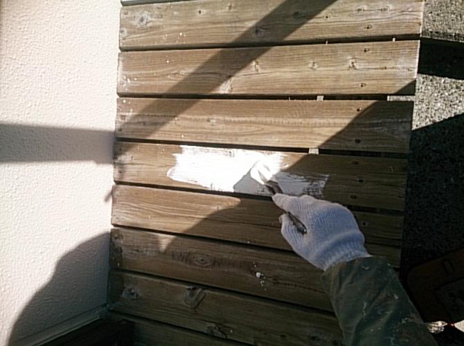 木部の下塗り塗装の施工中のようすです。