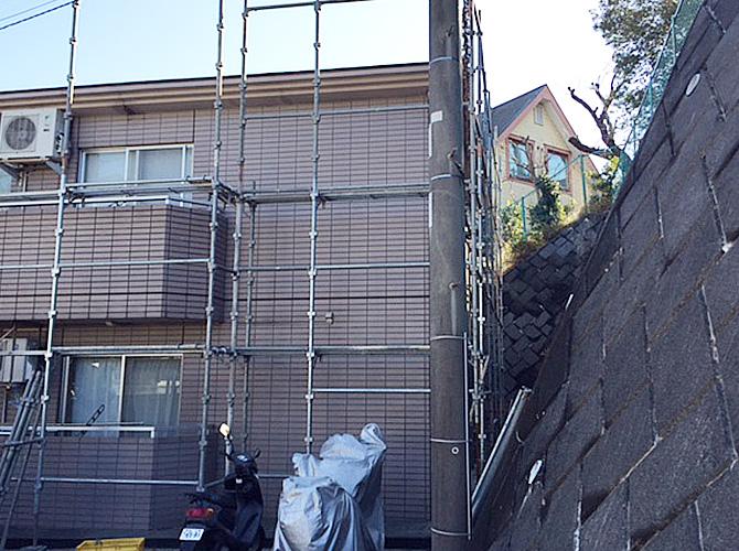 外壁塗装前の足場の設置中のようすです。