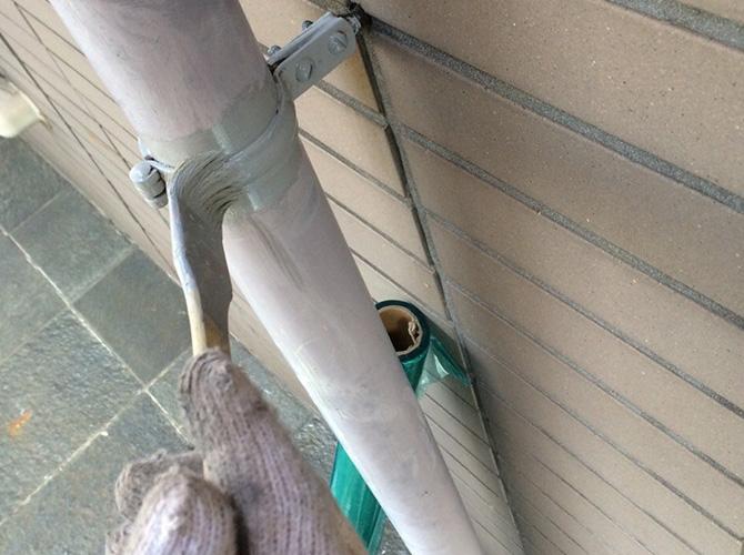 雨樋の金具錆止め施工中のようすです。