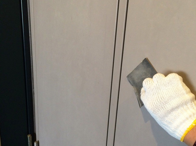 PS扉のケレン施工中のようすです。