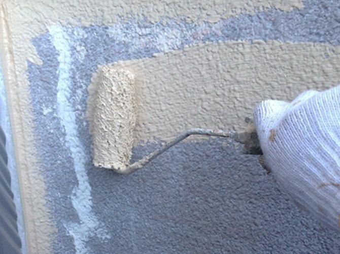 外壁塗装の弾性セラミシリコン中塗り施工中のようすです。