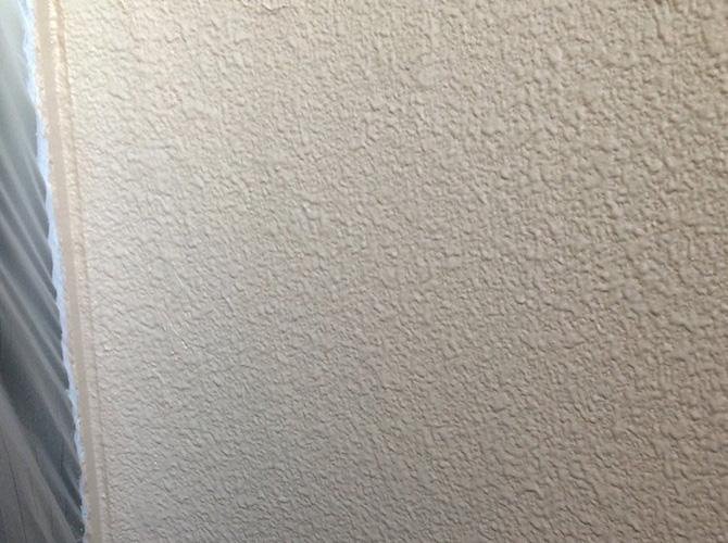 外壁塗装の弾性セラミシリコン中塗り施工後のようすです。