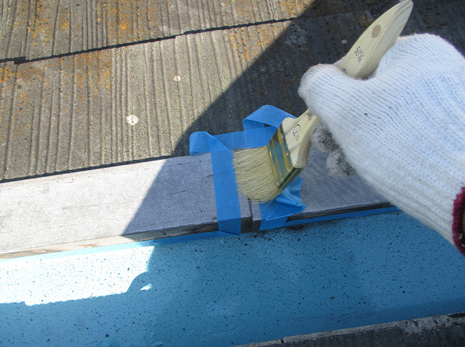 シーリング工事のプライマー塗布施工中です。
