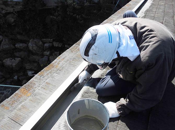 防水工事の下塗りの施工中です。