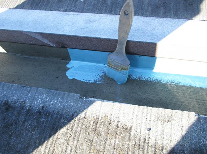 屋上防水のトップコートの施工中です。