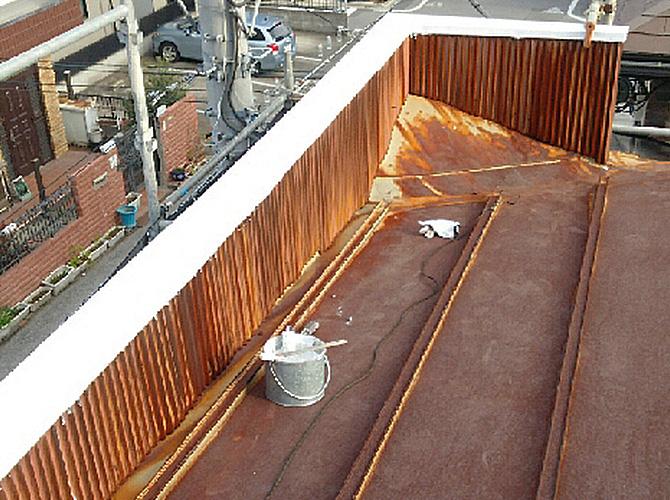 笠木の錆止め塗装施工完了後のようすです。