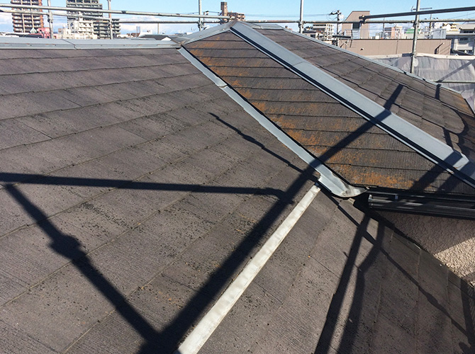 屋根塗装工事の施工前の状態です。