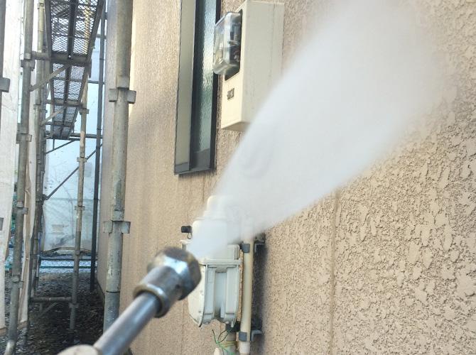 外壁塗装前の高圧洗浄の施工中です。