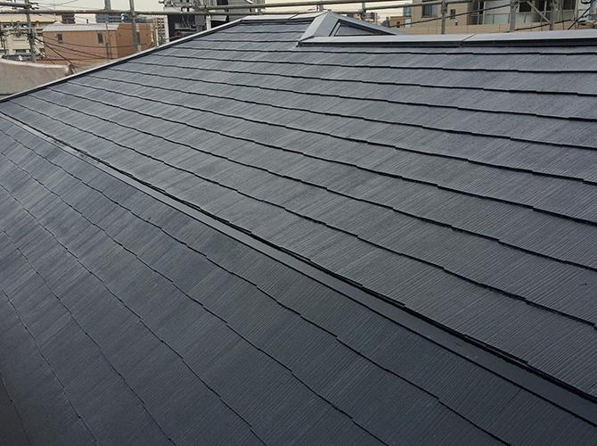 屋根塗装の中塗り施工後のようすです。