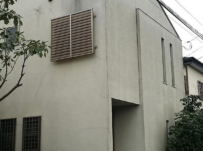 外壁材のクラック補修が必要な状態でした。