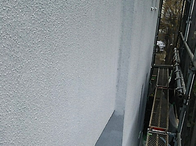外壁塗装の下塗り完了後です。