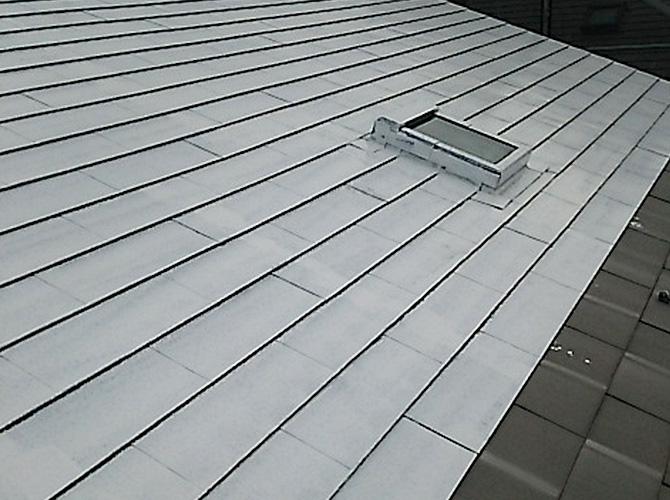 屋根のプライマー施工中です。
